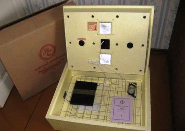 Инкубатор с решеткой для переворачивания яиц