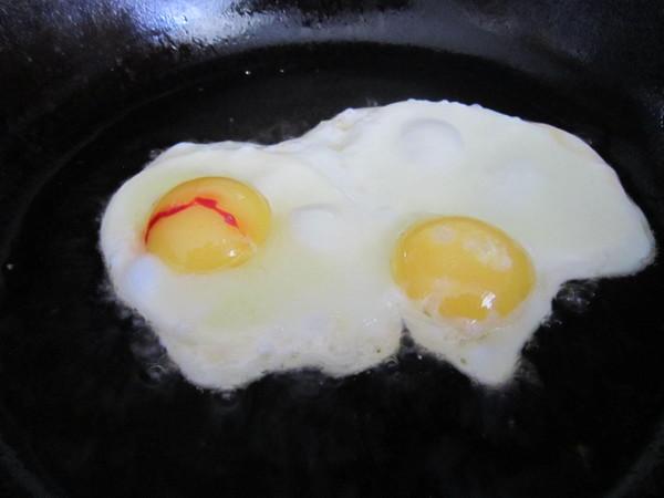 Яйца с кровью на желтке