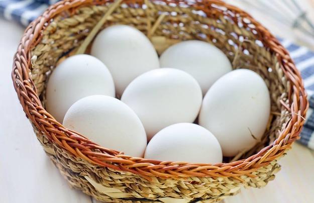 Яйца лежат в корзинке