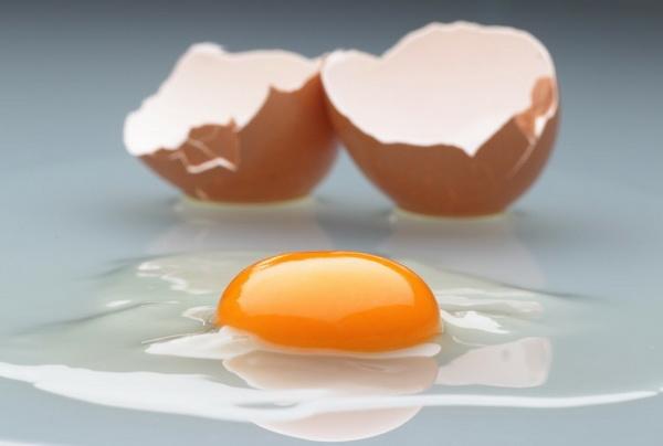 Разбитое яйцо с ярким свежим желтком