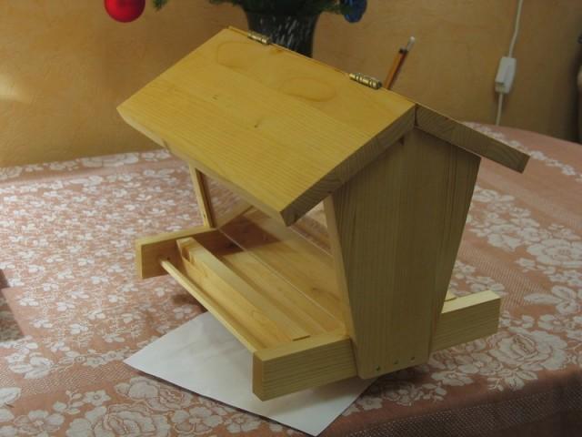 Деревянная кормушка для кур