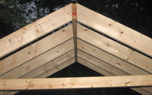 Деревянная заготовка под двускатную крышу