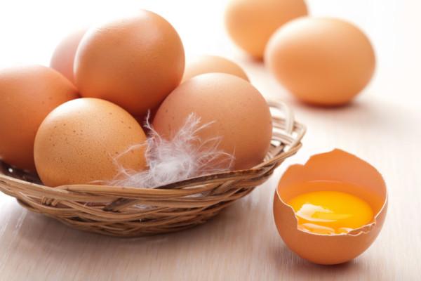 Яйца куриные в корзинке
