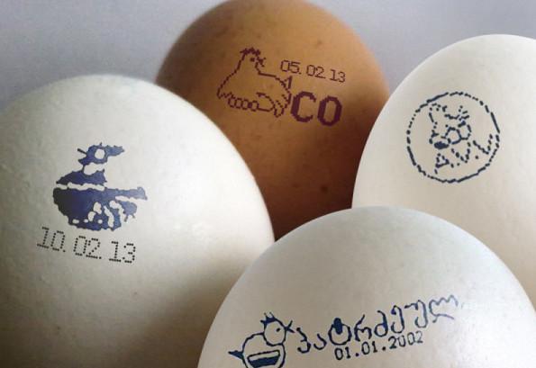 Промаркированные яйца белого и коричневого цвета