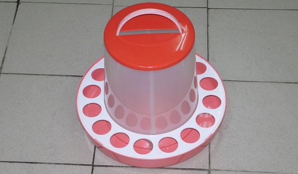 Покупная кормушка из пластика