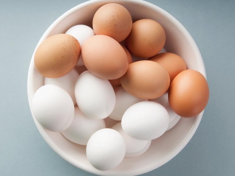 Хотите узнать, почему яичная скорлупа бывает разных цветов? Тогда читайте нашу статью: внутри ответы на все вопросы