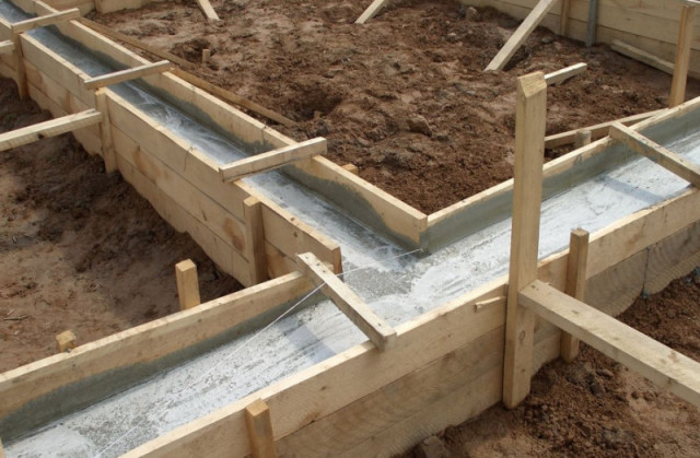 Заливаем цементом фундамент