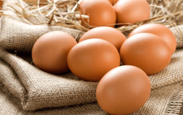 Куриные яйца на мешковине