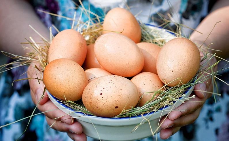 Яйца в тарелочке