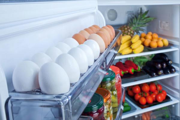 Яйца на боковой полке холодильника